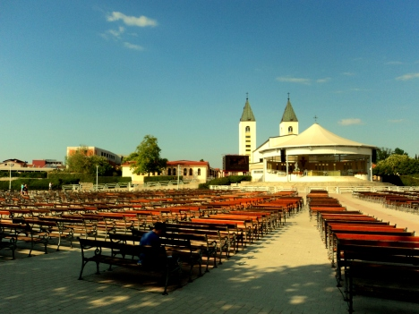 Piazzale e chiesa